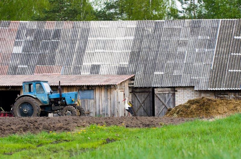 Bauernhof und Traktor lizenzfreies stockfoto