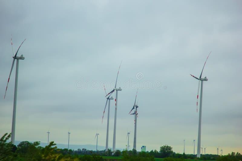 Bauernhof von Windgeneratoren alternative Energie von der erneuerbaren Energie umweltfreundliche Produktion windm?hlen lizenzfreie stockfotografie