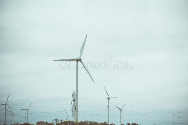 Bauernhof von Windgeneratoren alternative Energie von der erneuerbaren Energie umweltfreundliche Produktion windm?hlen lizenzfreies stockbild