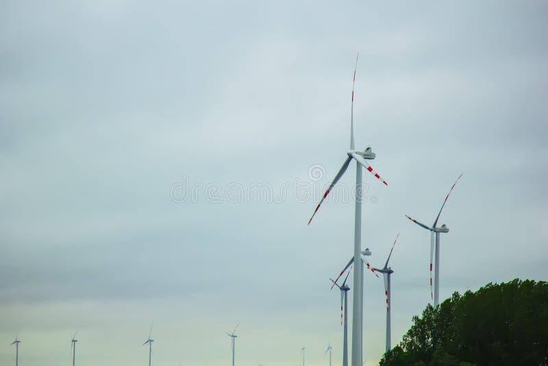 Bauernhof von Windgeneratoren alternative Energie von der erneuerbaren Energie umweltfreundliche Produktion windm?hlen stockfotos