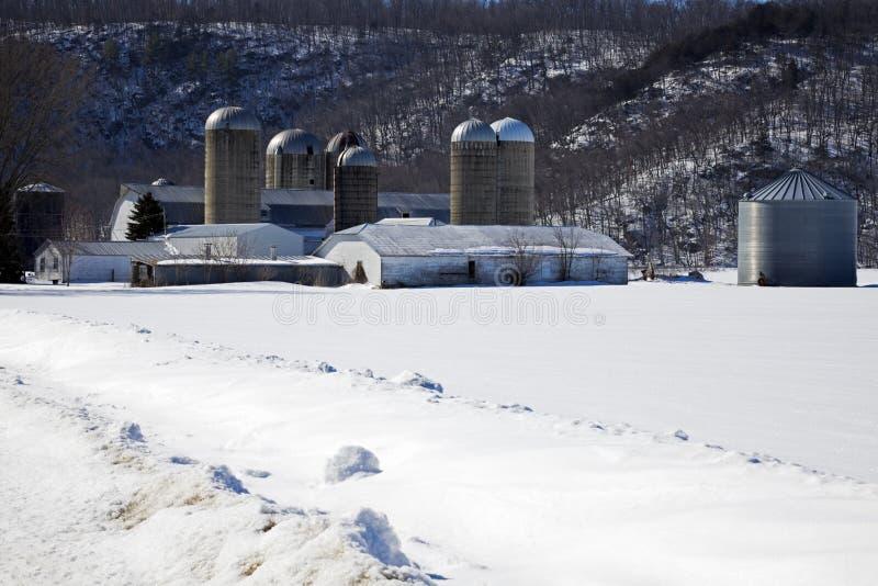 Bauernhof während des Winters lizenzfreie stockfotos