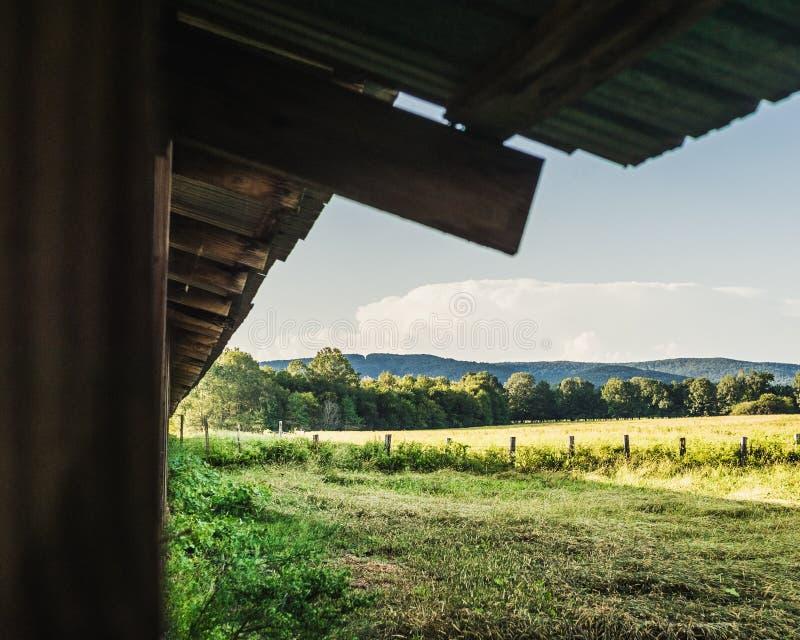 Bauernhof-Weideland gestaltet durch das Scheunen-Dach und den Beitrag lizenzfreies stockbild