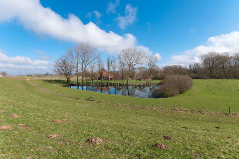 Bauernhofhaus mit Teich lizenzfreie stockbilder