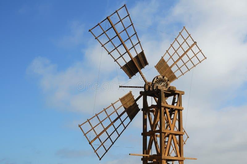 Bauernhofwindmühle lizenzfreies stockfoto