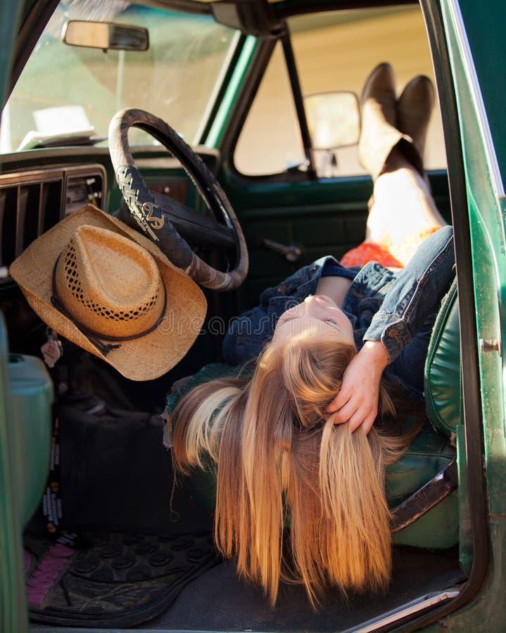 Bauernmädchen im alten LKW stockbild