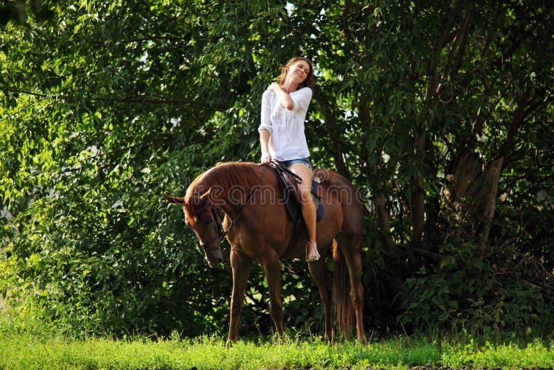 Bauernmädchen mit schönem Reitpferd lizenzfreie stockfotos