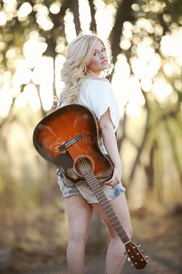 Bauernmädchen und Gitarre lizenzfreies stockbild
