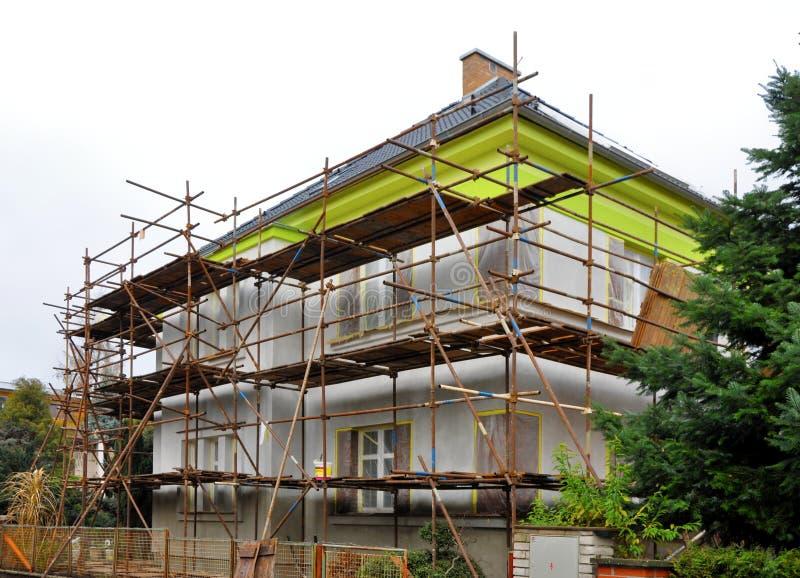 Baugerüst auf dem Haus stockfoto