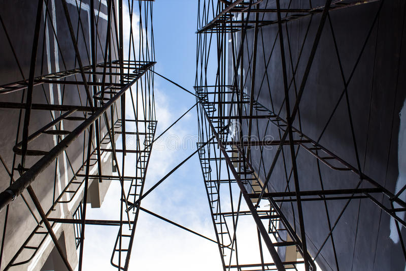 Baugerüst auf einer Baustelle lizenzfreies stockfoto