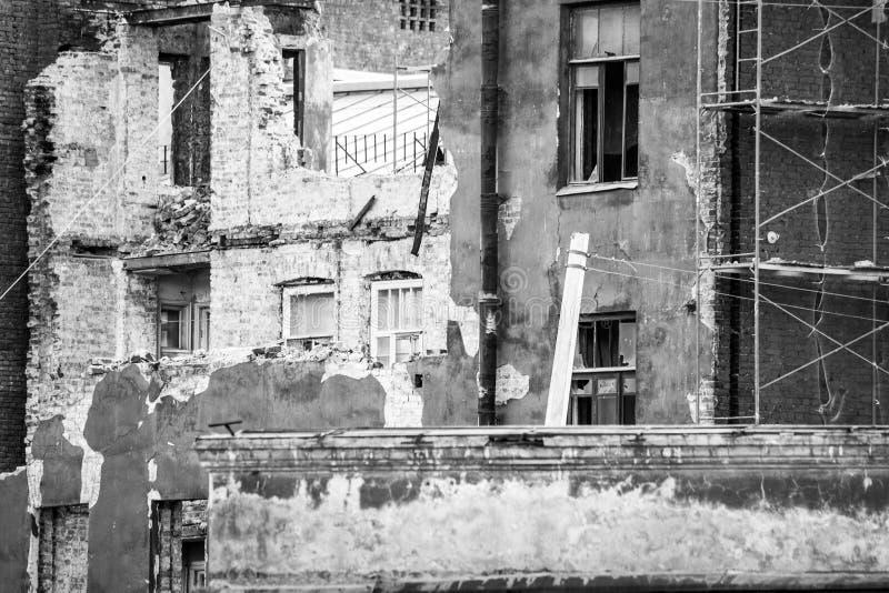 Baugerüst an einem zerstörten Backsteinbau stockbilder