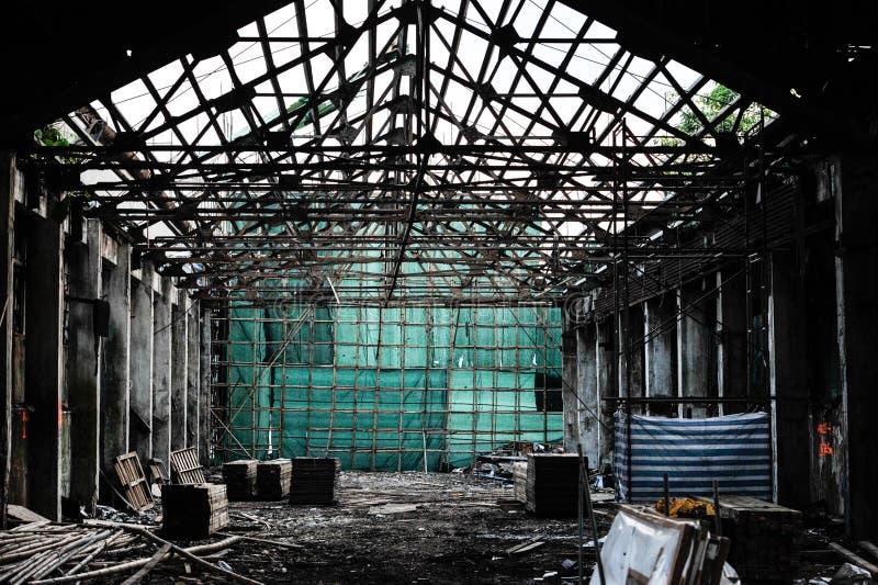Baugerüst-Stadium mit grünem Segeltuch in den Ruinen, Porzellanbambusoperngebäude lizenzfreies stockbild