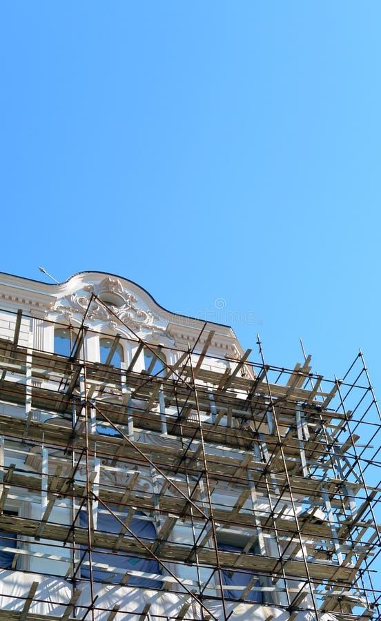 Baugerüst um ein Gebäude, das Fassade erneuert lizenzfreies stockfoto