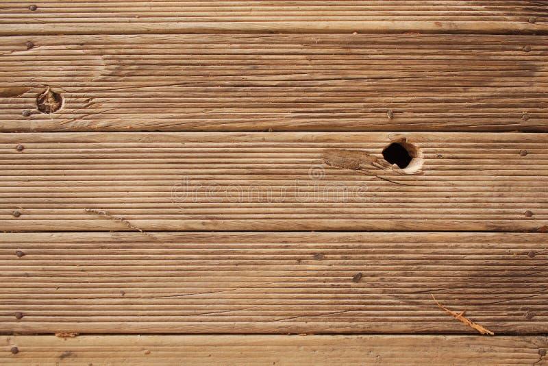 Bauholz Decking mit Knoten-Loch lizenzfreie stockfotos