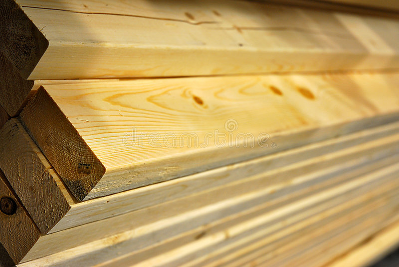 Bauholz der Länge nach stockbilder