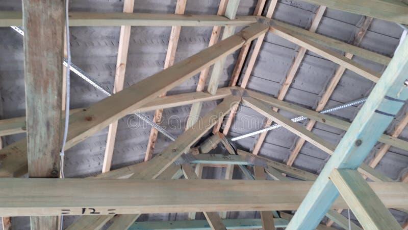 Bauholzwand- und -dachrahmen des modernen australischen Ziegelsteinfurnier-blattbaus interner lizenzfreie stockfotos