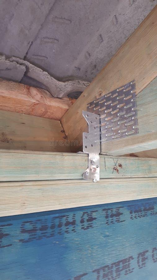 Bauholzwand- und -dachrahmen des modernen australischen Ziegelsteinfurnier-blattbaus interner stockbilder