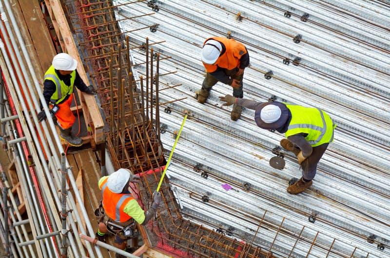 Bauingenieur überwachen Dachkonstruktionsarbeitskraftarbeit stockbild