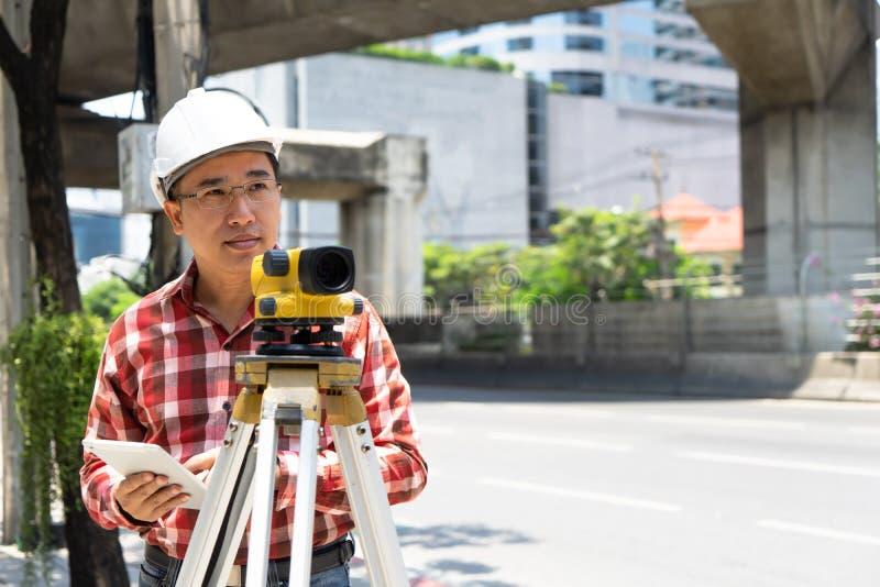 Bauingenieurlandübersicht mit tacheometer oder Theodolit equipm lizenzfreie stockfotografie