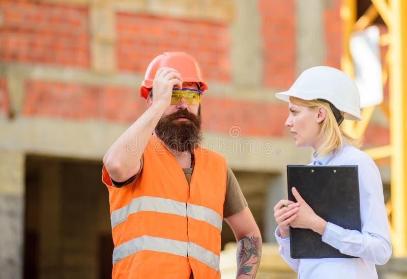 Bauinspektion, -korrekturen und -geldstrafen Sicherheitsinspektorkonzept Besprechen Sie Fortschrittsprojekt Inspektor und lizenzfreie stockfotografie