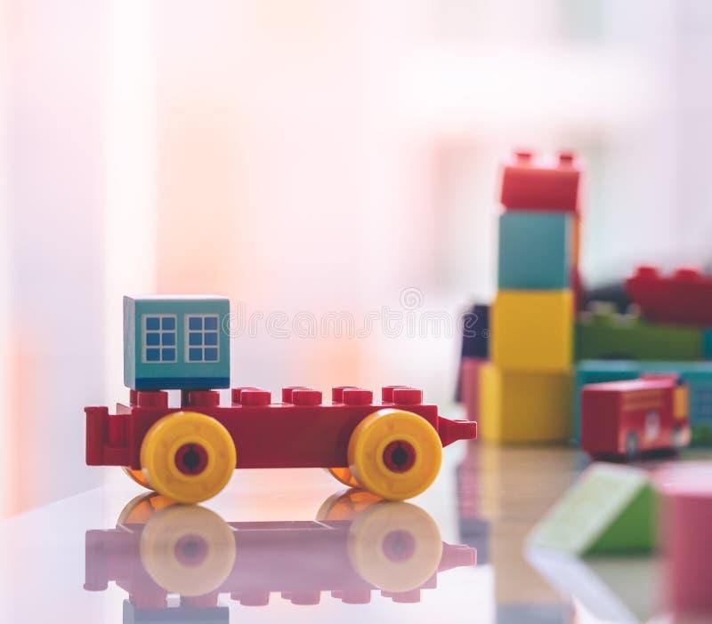 Bauklotz mit errichtendem Auto für Stadtkonzept stockfotografie