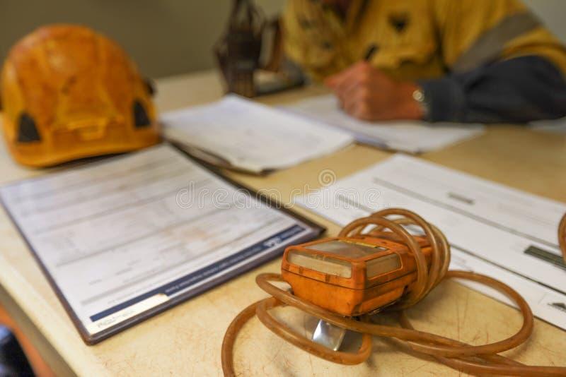 Baukohlenbergmann-Aufsichtskraftleitsicherheit, die auf Berufsrisikoanalyse auf Erlaubnis des begrenzten Raumes vor Zeichen abhak stockfoto