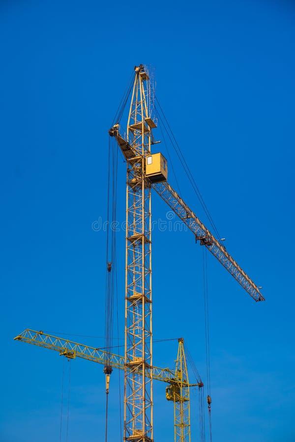 Baukräne über klarem blauem Himmel stockbilder