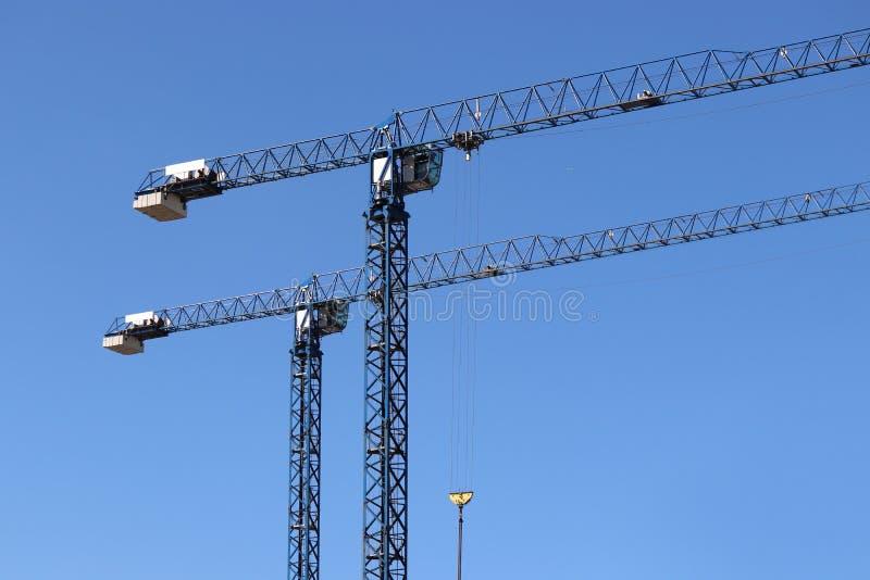 Baukräne auf Hintergrund des klaren blauen Himmels lizenzfreies stockfoto