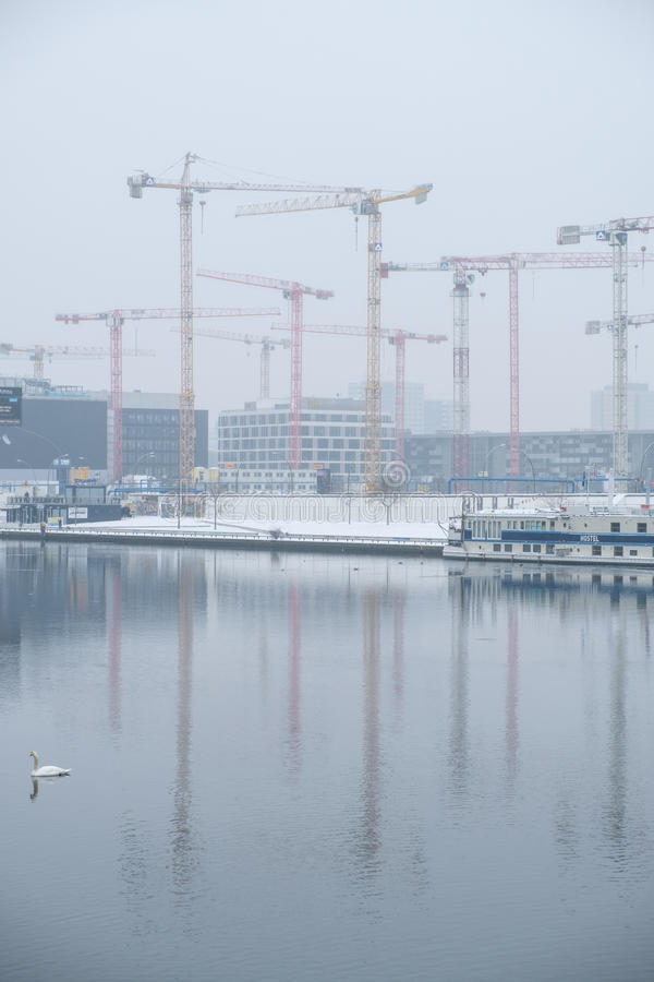 Baukräne am Flussgelage in Berlin stockbild
