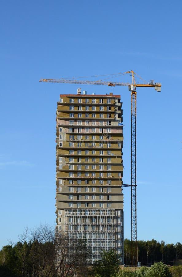 Baukran über Gebäudehaus stockfotografie