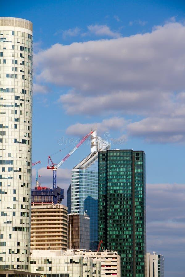 Baukran und Wolkenkratzer im Bau gegen den blauen Himmel im Bezirk der La-Verteidigung in Paris stockbild