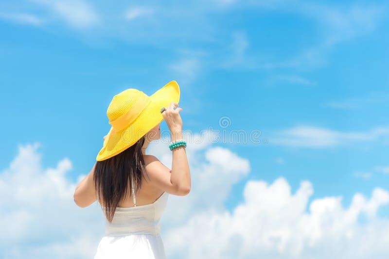 Baum auf dem Gebiet Mode-Sommerstrand der Lebensstilfrau tragender wei?er Kleiderauf dem sandigen Ozeanstrand Gl?ckliche Frau vac lizenzfreies stockbild