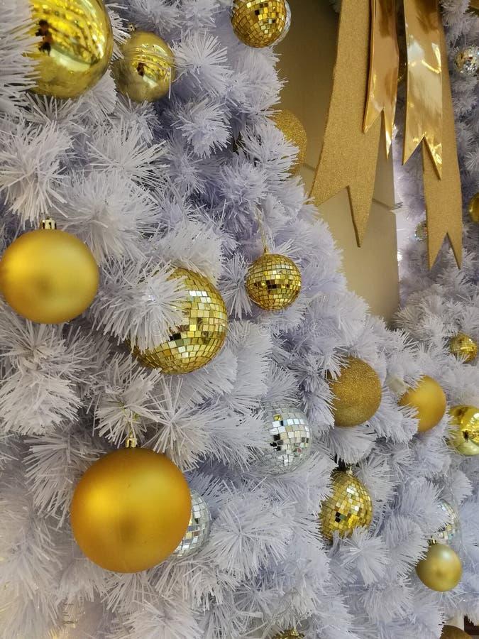 Baum-Dekorationsverzierungen der weißen Weihnacht und hängender Disco- und Goldenerball mit silbernem Lamettahintergrund stock abbildung