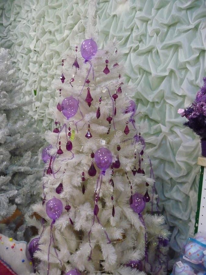 Baum der weißen Weihnacht mit purpurroten Dekorationen stockbilder