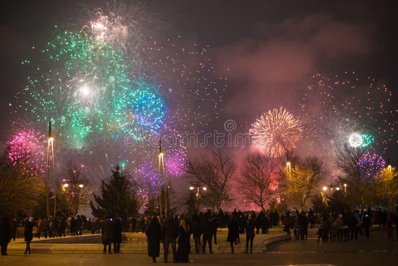 Baum des neuen Jahres, Feuerwerke des neuen Jahres, Leuchtkäfer des neuen Jahres, Weihnachtsfeuerwerke, neues Jahr bokeh Lichter, lizenzfreie stockfotografie