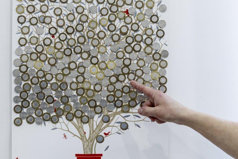 Baum gemalt auf der Wand Dieses belarussische Rubel zeigt einen Finger auf dem Geld Zunahme oder Abnahme sowie Bankeinlage stockbild