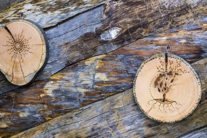 Baum sah mit einem Muster auf dem Hintergrund von Klotz lizenzfreies stockbild