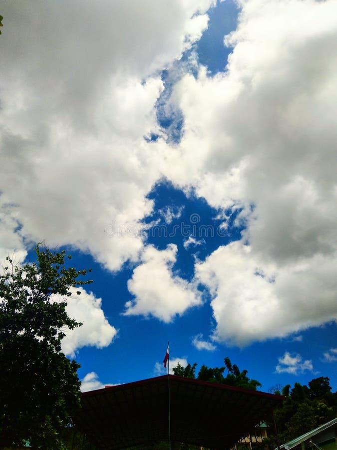 Baum und ein dreieckiges Schattenbild, das den Himmel küsst lizenzfreie stockfotos