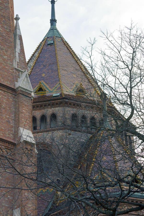 Baumaste verstecken das Architekturdetail eines historischen Gebäudes Budapest, Ungarn im Winter stockfoto