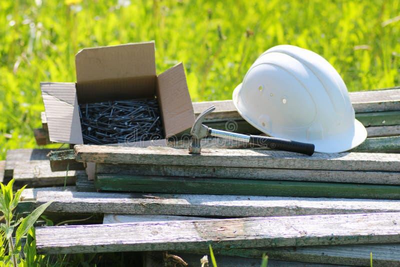 Baumaterialien auf dem Gras stockfotografie