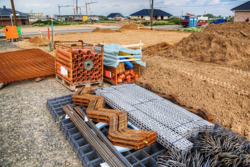 Baumaterialien auf einem Baugrundstück stockfotografie