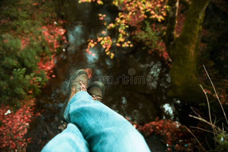 Baumelnde Füße lizenzfreies stockfoto