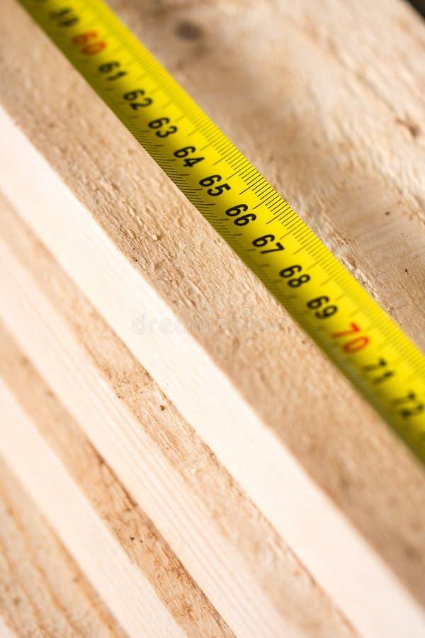 Baumeter auf dem Stapel von hölzernen Planken stockfotografie