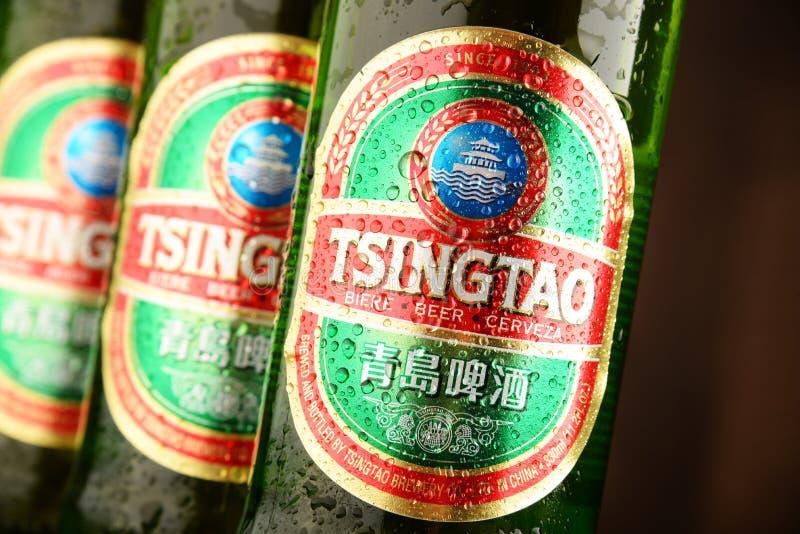 Baumflaschen Tsingtao-Bier lizenzfreie stockfotos
