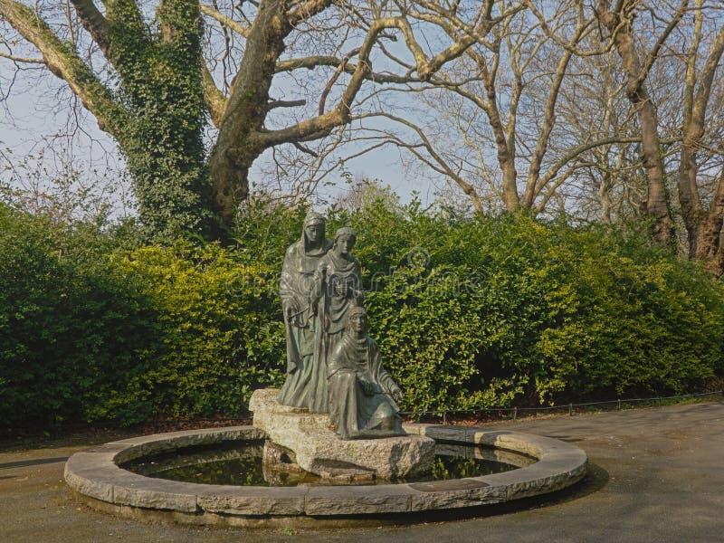 Baumschicksalsbrunnen, Gr?n Sait Stephens, Dublin lizenzfreie stockfotografie