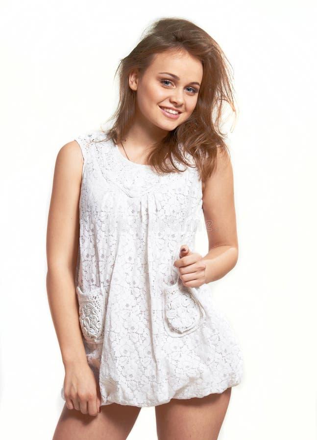 Baumuster des jungen Mädchens im weißen Kleid. lizenzfreie stockfotografie