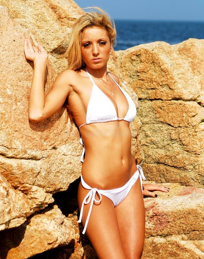 Baumuster im weißen Bikini stockfotografie