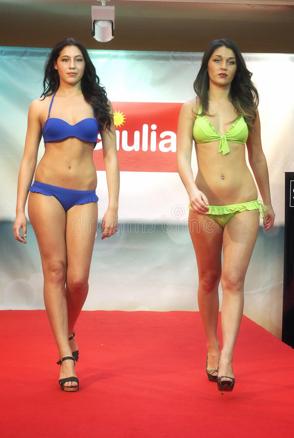 baumuster Mädchen im Bikini in einer Modeschau in Triest stockfotografie