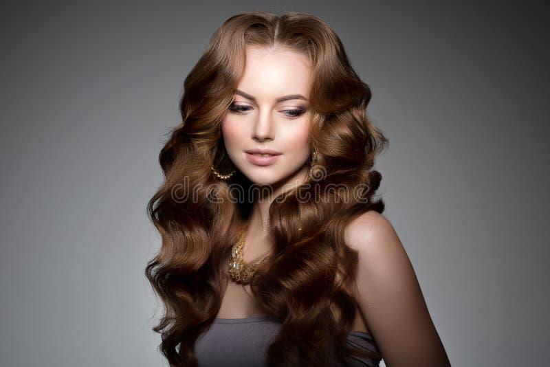 Baumuster mit dem langen Haar Wellen-Locken-Frisur Schönheits-Frau mit dem langen gesunden und glänzenden glatten schwarzen Haar  stockbild