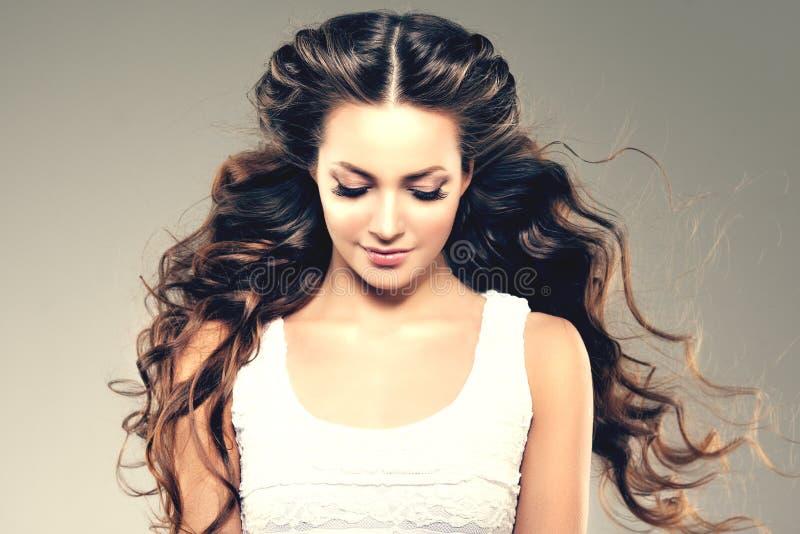 Baumuster mit dem langen Haar Wellen-Locken-Frisur Schönheits-Frau mit dem langen gesunden und glänzenden glatten schwarzen Haar  lizenzfreies stockfoto
