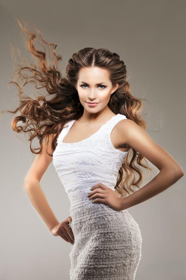Baumuster mit dem langen Haar Wellen-Locken-Frisur Schönheits-Frau mit dem langen gesunden und glänzenden glatten schwarzen Haar  lizenzfreie stockfotos